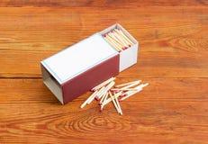 Matchs de sécurité en bois dans le besi de grande boîte d'allumettes et de plusieurs matchs Image stock