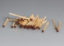 Matchs en bois sur un fond gris Images stock