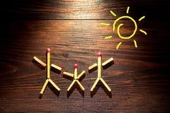 Matchs sur le fond en bois, concept de la famille heureux Images libres de droits