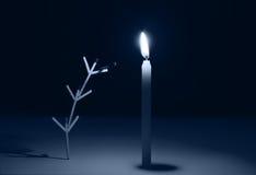 Matchstöcke, die im Team arbeiten, um Kerze zu beleuchten stockbild