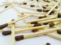 Matchstick aus Streichholzschachtel auf weißem Hintergrund heraus stockfotografie