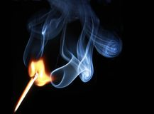 Matchstick beleuchtete und brannte Abgleichungsteuerknüppel Stockbild