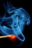 Matchstick, der zur Flamme birst Stockfotos