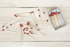 Matchstick en lucifersdoosje op houten achtergrond Royalty-vrije Stock Afbeelding