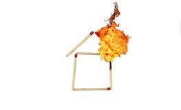 Matchstick in huisvorm met brand stock afbeelding