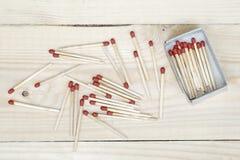 Matchstick och tändsticksask på träbakgrund Royaltyfri Bild