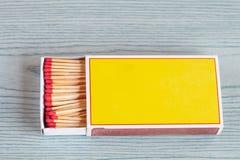 Matchstick på färgträtabellen arkivfoton