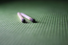 Matchstick queimado em uma tela verde Fotografia de Stock Royalty Free