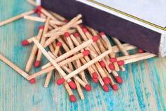 Matchsticks över trä Arkivfoton