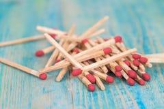 Matchsticks över träbakgrund Arkivfoto