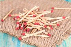 Matchsticks över träbakgrund Royaltyfri Bild