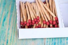 Matchsticks över träbakgrund Royaltyfria Bilder
