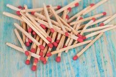 Matchsticks över träbakgrund Royaltyfri Fotografi