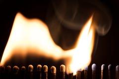 Matchsticks bränner, chain reaktion med brand och flammor Royaltyfri Foto
