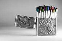 Matchsticks coloridos em uma caixa mais clara fotografia de stock