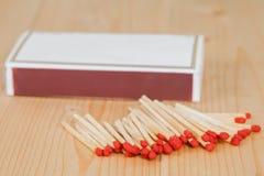 Matchsticks i pudełko nad drewnianym Zdjęcia Stock