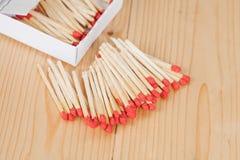Matchsticks i pudełko nad drewnianym Obrazy Stock