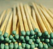 Matchsticks mit grünen Tipps auf einem Birkenbrettmakroabschluß oben Stockbilder
