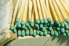 Matchsticks mit grünen Tipps auf einem Birkenbrettmakroabschluß oben Stockfoto