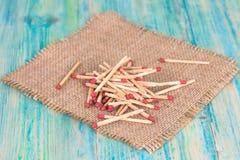 Matchsticks nad drewnianym tłem Zdjęcie Royalty Free