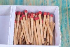 Matchsticks nad drewnianym tłem Obrazy Stock