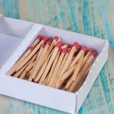 Matchsticks nad drewnianym tłem Fotografia Stock
