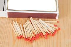 Matchsticks och ask över trä Royaltyfri Foto
