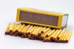 Matchsticks och tändsticksask Arkivbild