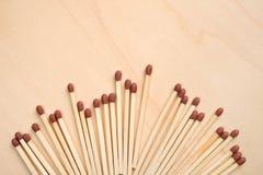 Matchsticks op een rij op houten lijst royalty-vrije stock foto