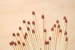 Matchsticks op een rij op houten lijst stock fotografie