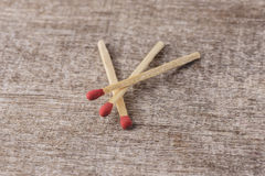 Matchsticks på trä Arkivfoto
