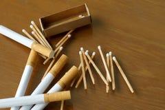 Matchsticktändsticksask och cigarett Arkivbild