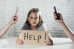 Matecznej mobilnej komórki telefonu mądrze nałóg zaniedbywa dziecka pojęcia krótkopędu zdjęcia stock
