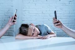 Matecznej mobilnej komórki telefonu mądrze nałóg zaniedbywa dziecka pojęcia krótkopędu obrazy royalty free