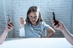 Matecznej mobilnej komórki telefonu mądrze nałóg zaniedbywa dziecka pojęcia krótkopędu zdjęcia royalty free