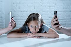 Matecznej mobilnej komórki telefonu mądrze nałóg zaniedbywa dziecka pojęcia krótkopędu fotografia royalty free