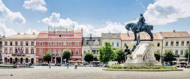 Matei Corvin (马加什一世雷克斯)雕象在中央Unirii广场在科鲁Napoca 免版税库存图片