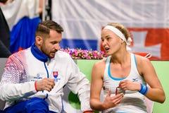Matej Liptak e Rebecca Sramkova, durante jogo redondo do grupo II do mundo de FEDCUP BNP Paribas o primeiro entre a equipe Letóni imagens de stock royalty free