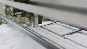 Matelas fabriquant, usine de matelas, couture des matelas sur la machine à coudre banque de vidéos