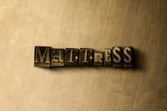 MATELAS - plan rapproché de mot composé par vintage sale sur le contexte en métal Image libre de droits