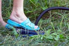 Matelas wiPumping de pompage de matelas avec la pompe de pied de pumpth de pied images libres de droits