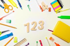 matemática números 1, 2, 3 na mesa da escola Conceito da instrução De volta à escola stationery Fundo branco etiquetas, colo imagens de stock