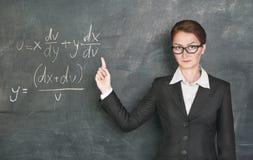 Matemáticas de enseñanza del profesor de la mujer foto de archivo
