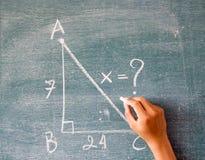 Matemáticas escrita por la tiza blanca en el fondo de la pizarra Imagenes de archivo