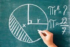 Matemáticas escrita por la tiza blanca en el fondo de la pizarra Imagen de archivo libre de regalías