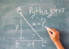 Matemáticas escritas pelo giz branco no fundo do quadro-negro Imagens de Stock Royalty Free