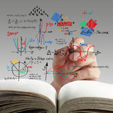 Matemáticas y fórmula de la ciencia en whiteboard fotos de archivo libres de regalías