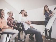 Matematica d'istruzione dell'insegnante agli studenti di college Immagine Stock