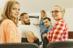 Matematica d'istruzione dell'insegnante agli studenti di college Fotografie Stock