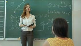 Matematica d'istruzione dell'insegnante sulla lavagna in aula video d archivio